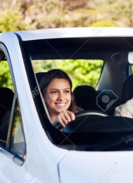 17573888-tudiant-apprenti-conducteur-de-conduire-la-voiture-avec-instuctor-heureux-et-confiant-jeune-fille-so